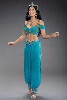 Für Sängerin Mandy Capristo wird der Traum aus 1000 und einer Nacht wahr:Sie steht derzeit im Disneys Musical Aladdin in Hamburg auf der Bühne und macht dabei eine großartige Figur. Mit schwarzer Perücke, Glitzer-Schläppchen, türkisfarbener Pumphose und Diadem entdeckt die gebürtige Mannheimerin erstmalig die Welt des Musicals.