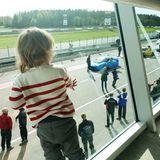 24.September 2018  Von obenhat Prinz Alexander natürlich einen viel besseren Blick auf die Rennstrecke. Und ein bisschen sicherer ist der 2-Jährige dort schließlich auch.