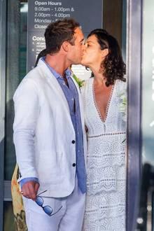 Ganz passend zu Joshuas Sommeranzug ist dieser Brautlook eher legerstatt festlich. Kylies Hochzeitskleid wäre mit Sicherheit ein wenig großzügigerausgefallen, aber wer braucht schon Opulenz, wenn es wahre Liebe ist.