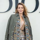 Im Rahmen der Paris Fashion Week posiert Hollywoodstar Blake Lively vor der Show von Dior im eleganten Lagen-Look. Ein Look, der viele Möglichkeiten bieten. Genauer gesagt drei Styling-Möglichkeiten, die Blake auch kurzerhand vorführt ...