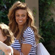 Wer braucht schon Make-up, wenn es zusammen mit der Freundin auf eine Shopping-Tour in die Stadt geht? Niemand – genau das denkt sich auch Tyra Banks und schlendert oben ohne durch Los Angeles. Mit einem fröhlichen Lächeln im Gesicht und einem strahlenden Teint muss bei dem Topmodel auch gar nicht mehr nachgeholfen werden.