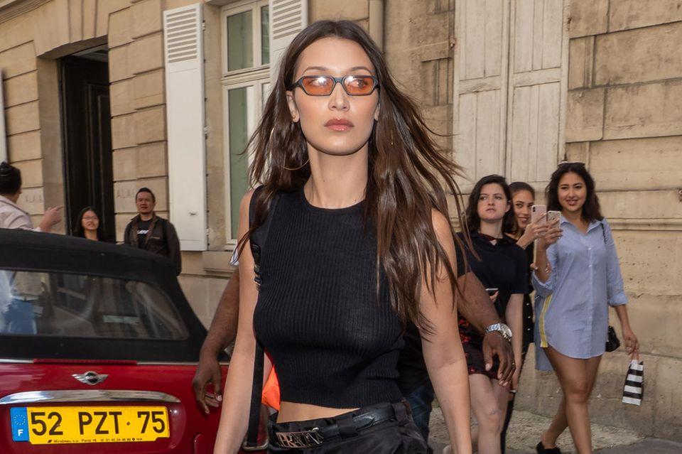 Bella Hadid mixt zum Prada-Komplett-Look einen Rucksack in Neon. Sehr hot: Ihr Outfit ist aus Nylon!