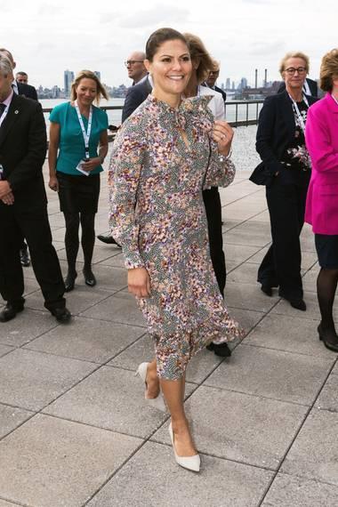 Zur Generalversammlung der Vereinten Nationen in New York versprüht Prinzessin Victoria mit ihrem Outfit gute Laune. Sie wählt ein geblümtes Midi-Kleid in gedeckten Farben von By TiMo. Doch dieser Look kommt uns ziemlich bekannt vor, denn Victoria trug dieses Kleid bereits zu einem besonderen Anlass.
