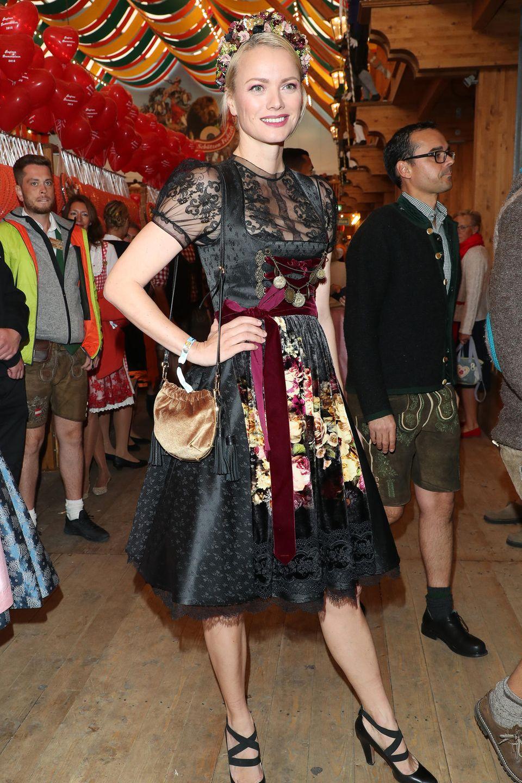 Model Franziska Knuppe macht in dunkler Tracht eine mehr als gute Figur.