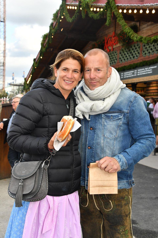 SchauspielerHeino Ferch mit Ehefrau Marie Jeanette trotzen vor dem Schützenzelt der Kälte.
