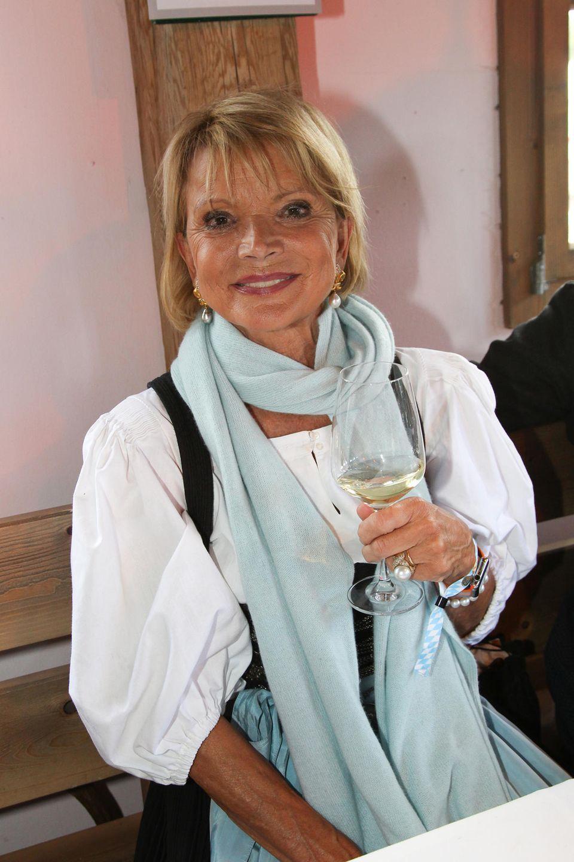 Uschi Glas tanzt aus der Reihe: Die Schauspielerin genehmigt sich lieber ein Gläschen Weinstatt einesMaßesBier.