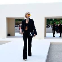 Caro Daur erscheint in einem schwarzen Hosenanzug zur Show von Dior. Besonderer Hingucker ist die orange-getönte Sonnenbrille. Auf ihrem Instagram-Kanal verrät die Hamburgerin, dass sie fast zu spät gekommen wäre.