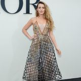 Blake Lively gehört zu den Stargästen bei der Show von Dior. Auch sie passt sich dem Ballerina-Thema an und trägt einen ausgestellten Rock.