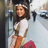 Farblich passend zu ihrem Lippenstift kombiniert Sarah Lombardi eine niedliche Handtasche mit Herz-Applikation. Die Sängerin fühlt sich sichtlich wohl in ihrem Oktoberfest-Look.