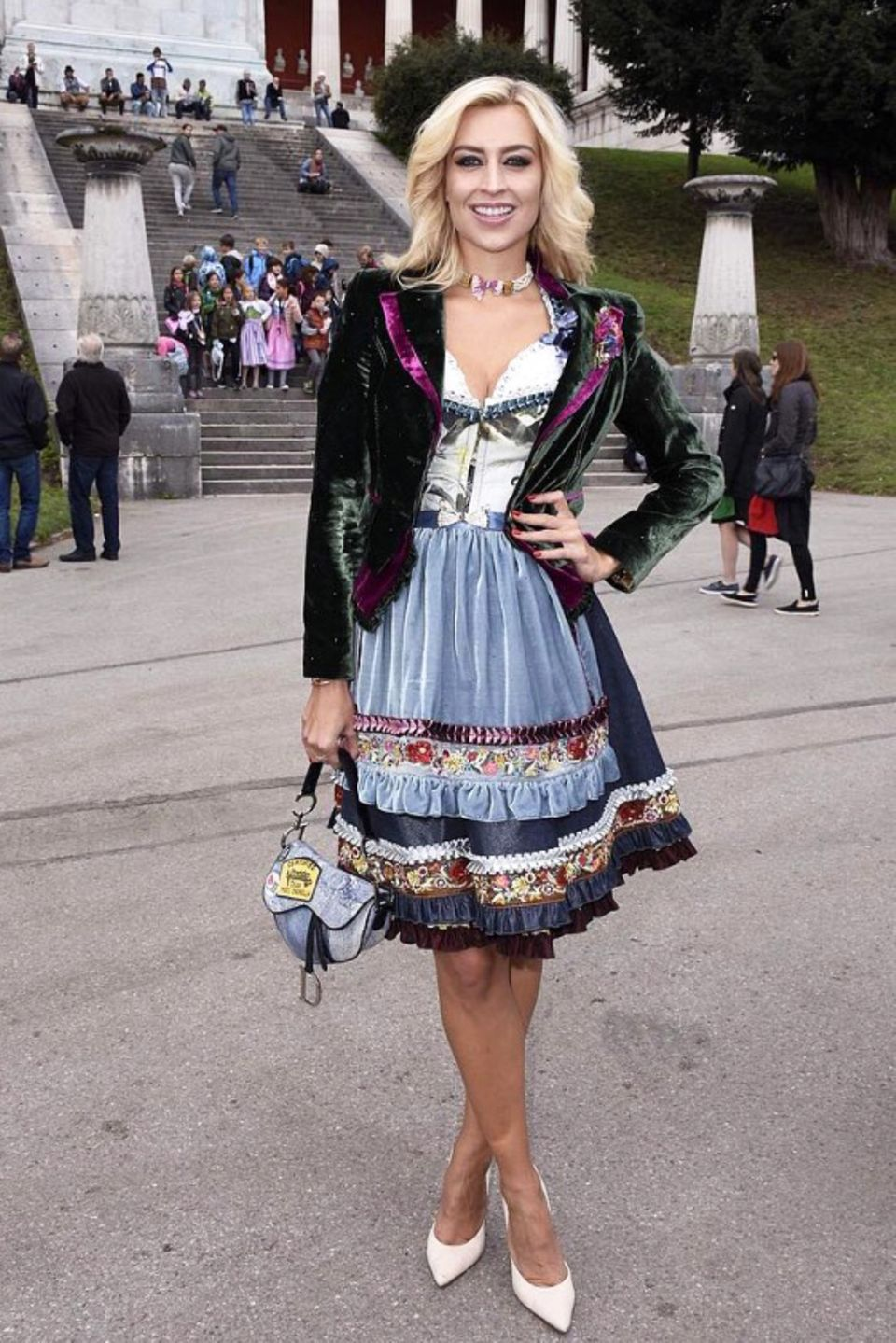 Samt und Seide: Verena Kerth trägt ein wunderschönes Dirndl von Lola Paltinger mit Samtelementen und Samtblazer Dazu trägt sie eine Dior Saddle Bag in Denim-Optik. Ein gelungener Stilmix - aber in Sachen Wiesn-Styling ist die Moderatorin ja auch schon längst ein echter Profi.