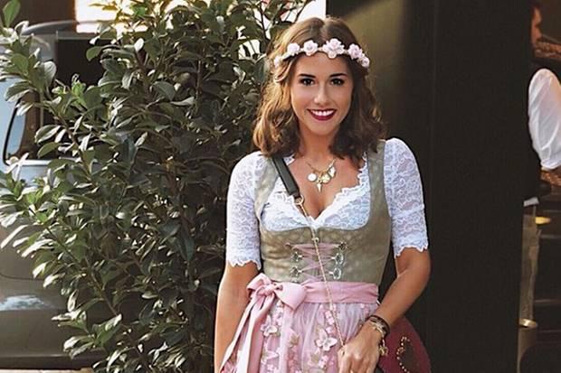 Tatsächlich ist Sängerin Sarah Lombardi zum ersten Mal auf der Wiesn. Den Dresscode kennt sie aber natürlich ganz genau. Sie trägt ein beigefarbenes Dirndl in Kombination mit einer rosafarbenen, bestickten Schürze.