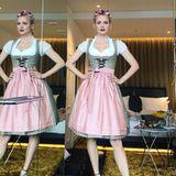 Model Franziska Knuppe trägt dasselbe Dirndl wie Sängerin Sarah Lombardi - jedoch mit einer schlichten Schürze. Das Dirndl stammt aus der Cathy Hummels Kollektion für Trachten Angermaier. Hingucker bei Franzis Look ist definitiv der hübsche Blumenkranz und ihr Dekolléte.