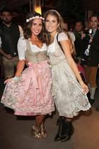 Sängerin Sarah Lombardi und Cathy Hummels strahlen auf dem Oktoberfest um die Wette. Für Sarah ist dieser Besuch auf der Wiesn sogar eine echte Premiere ...