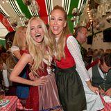 Die Moderatorinnen Anna Kraft und Sylvia Walker zeigen sich bester Laune im Bierzelt.