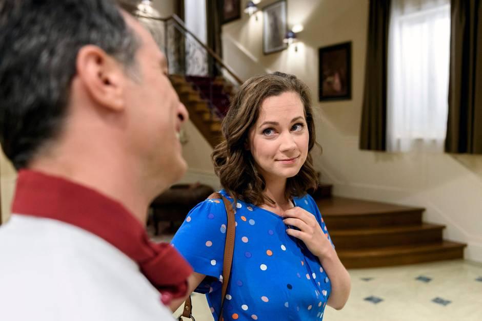 Ein Blick sagt mehr als 1000 Worte: Tina (Christin Balogh) scheint verzaubert von Robert (Lorenzo Patané)