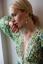 """Viktoria Rader von Glam-o-meter trägt einen Stecker und Anhänger der Capsule Collection """"Pearl Wardrobe"""", dem neuesten Coup von Designerin Yana Nesper in Zusammenarbeit mit dem Fashion-Blogger-Duo Glam-o-meter"""