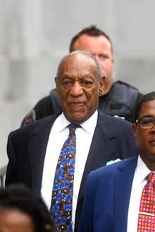 """Bill Cosby ist tief gestürzt: Als Cliff Huxtable ist er in seiner """"Cosby Show"""" zum Familienvater der Nation aufgestiegen. Seit Dienstag sitzt er hinter Gittern. Cosby ist bereits im April für schuldig befunden worden, im Jahr 2004 Andrea Constand unter Drogen gesetzt und sie sexuell genötigt zu haben. Nun ist entschieden worden, dass er mindestens drei und höchstens zehn Jahre in einem Gefängnis absitzen muss; nach drei Jahren kann erstmals über eine vorzeitige Entlassung entschieden werden."""