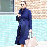 In einem dunkelblauen Mantel von The Fold London verlässt sie mit XL-Babykugel und Sporttasche ein Fitnessstudio in London. Scheint, als würde sie selbst so kurz vor der Geburt (der Termin ist im Oktober) auch nicht auf ihre Work-Outs verzichten.