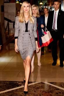 Sowohl der Blazer, als auch der Rock bestechen mit schönen Details. Ivanka beweist, dass ein Business-Look nicht immer spießig und langweilig aussehen muss.