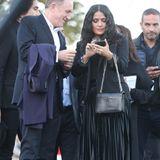 Francois Henri Pinault und Salma Hayek checken noch einmal ihre Smartphones, bevor sie sich im Anschluss auf die Mode konzentrieren.