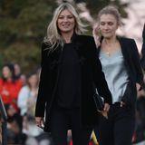 Dieses Saint-Laurent-Spektakel lassen sich die größten Stars und Models natürlich nicht entgehen. Selbst Kate Moss ist dafür nach Paris gekommen.
