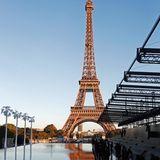 Saint Laurent hat für seine Fashionshow den wohl bekanntesten und fulminantesten Ort in Paris ausgesucht: Das Modehaus zeigt seine Kollektion direkt am Eiffelturm. Doch die Sehenswürdigkeit allein reicht nicht: Sie haben davor eine Wasserfläche geschaffen, die von Palmen begrenzt wird.