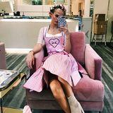 Das perfekte (Haar-)Styling ist auf der Wiesn ein absolutes Muss: Die ehemalige GNTM-Teilnehmerin DaryaStrelnikova stattet Star-Frisur AndréSchulz vorm Besuch der Barbie-Wiesn einen Besuch ab. Sie trägt ein rosafarbenes Dirndl von Giacomelli Trachten.