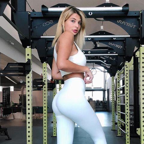 Fitness-Model Lisa Del Piero hält ihre Kurvenin Form.