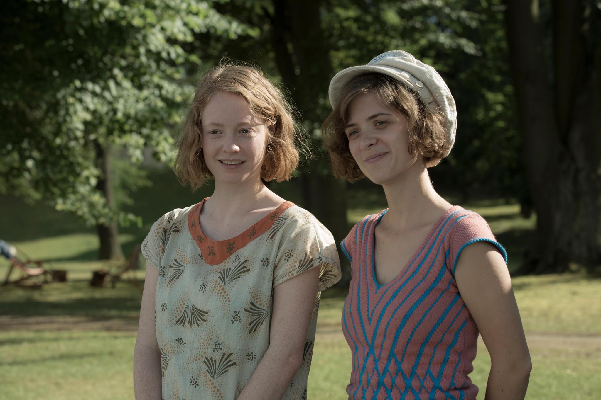Leonie Benesch alias Greta Overbeck (links)