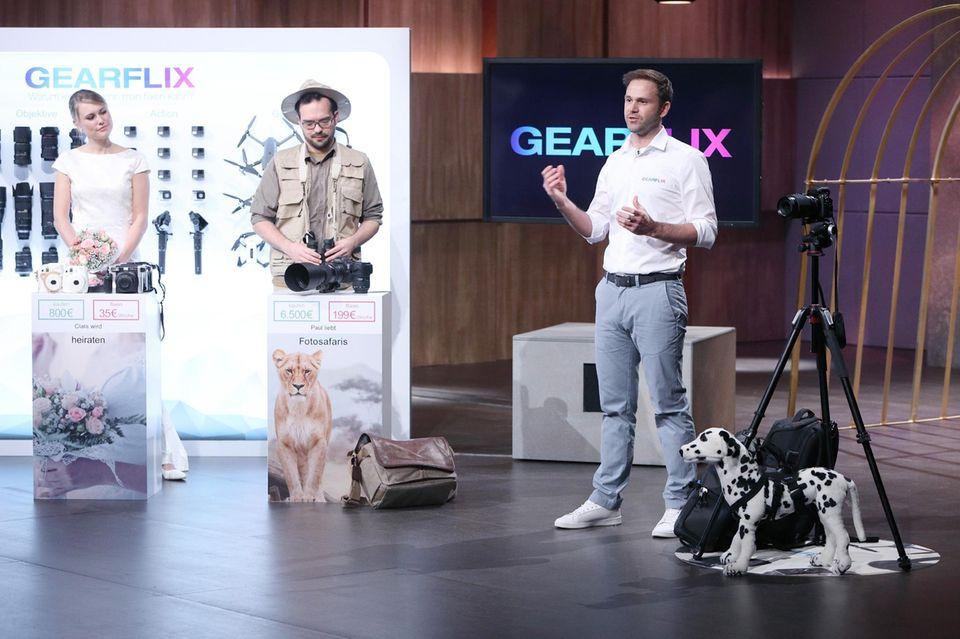 """Marius Hamer aus Bochum stellt den Löwen seine Plattform """"Gearflix"""" vor."""