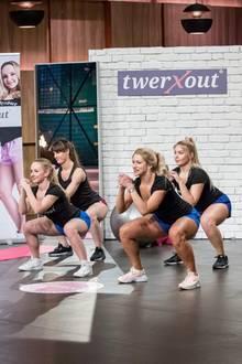 """Präsentation mit Körpereinsatz: Für ihr Fitnessprogramm """"twerXout"""" – eine Kombination aus Twerken und Workout – haben sich Kristina Marktstetter (l.) und Rimma Banina (3.v.r.) ordentlich ins Zeug gelegt. Die Löwen haben trotz der Sporteinlage kein Potenzial erkannt."""