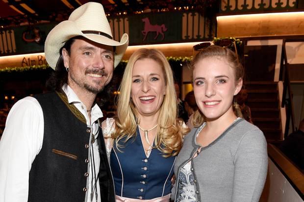Stefanie Hertel zusammen mit ihrem Ehemann Lanny Lanner und Tochter Johanna Mross auf der Wiesn 2018.