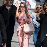 Ton in Ton: Sofia Vergara zeigt sich auf dem Weg zu Jimmy Kimmel in einem rosafarbenen Off-Shoulder-Overall mit farblich abgestimmten Accessoires.