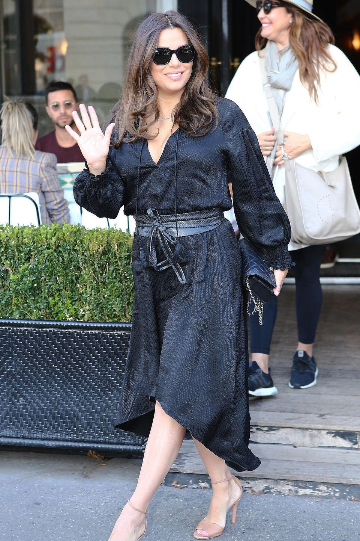 Black is beautiful: Schauspielerin Eva Longoria zieht in diesem schwarzen Kleid in Paris alle Blicke auf sich. Akzente setzt sie mit ihren hohen Sandaletten in Beigetönen.