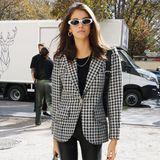 Black and White: Model Kaia Gerber macht auch außerhalb des Laufstegs stets eine gute Figur. Zur Lederhose trägt sie ein schwarzes Shirt und einen Blazer im Hahnentritt-Muster. Ihre Sonnenbrille mit weißem Rahmen krönt den Look.
