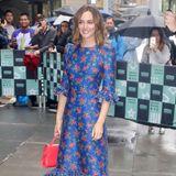 Trotz Regen geht bei diesem hübschen Outfit von Leighton Meester die Sonne auf. Die Schauspielerin verzaubert in einem blauen Midi-Kleid mit roten Blüten.