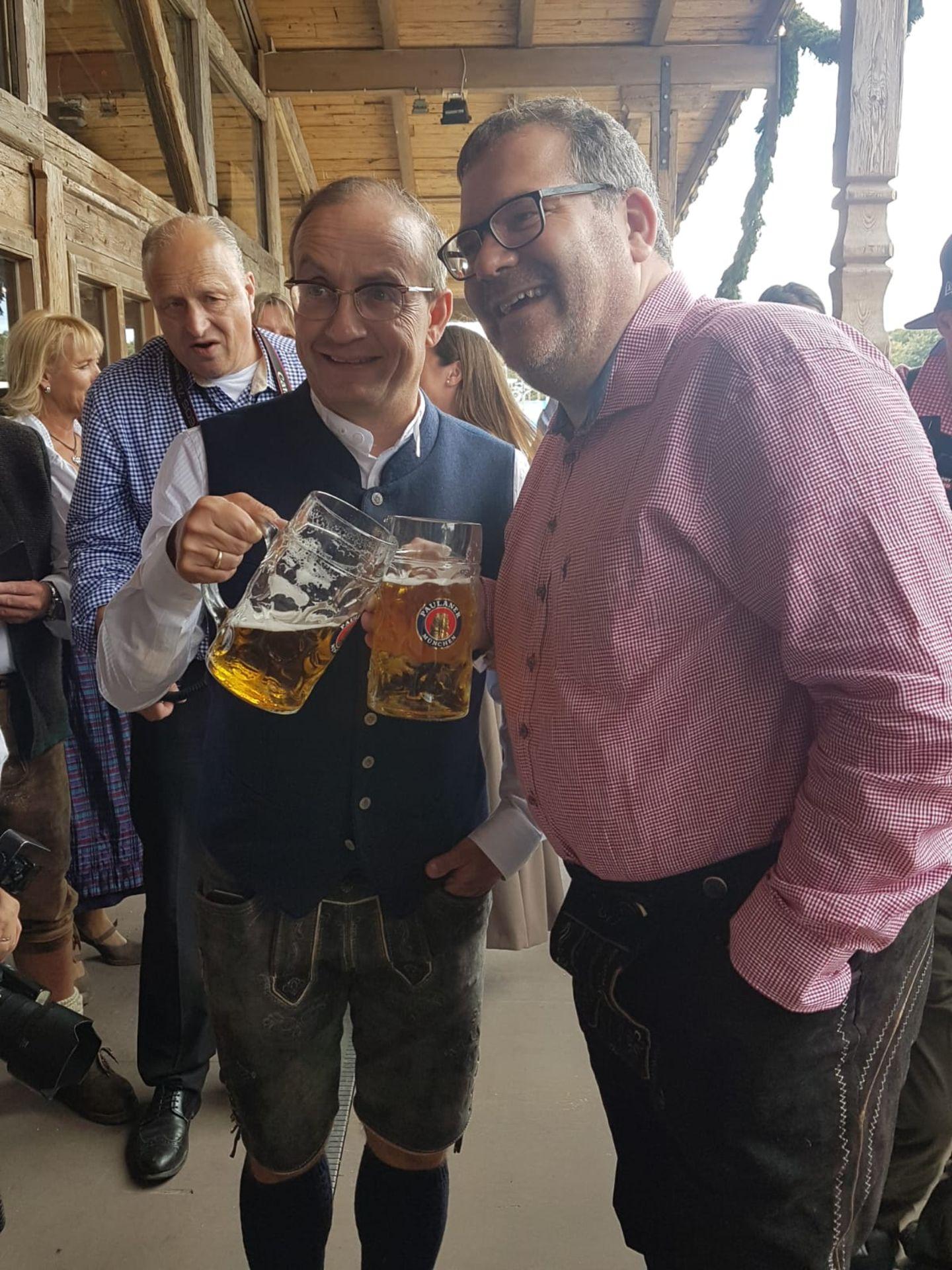 Zwei Comedians stoßen an:Wigald Boning und Elton.