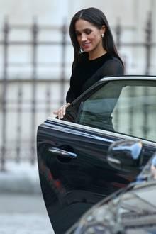 Nein, hier ist Herzogin Meghan nicht etwa zu einem Dinner-Date unterwegs. Sie hat sich für eine Ausstellungs-Eröffnung so schick gemacht.