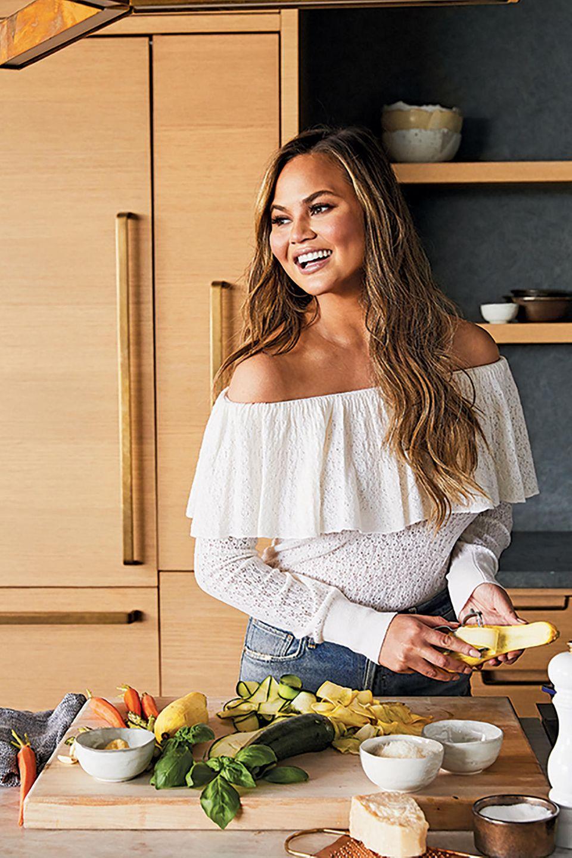 """Zusammen mit der amerikanischen Supermarktkette """"Target"""" hat Chrissy Teigen insgesamt 40 Küchenutensilien designt: Von Trinkgläsern, über Bowls und Messern, bis hin zu Rührbesen und gusseisernem Ofengeschirr ist alles dabei, was das Herz von Hobbyköchen höher schlagen lässt. Kochen wie bei Teigen/Legends ist jetzt also für jedermann möglich!"""