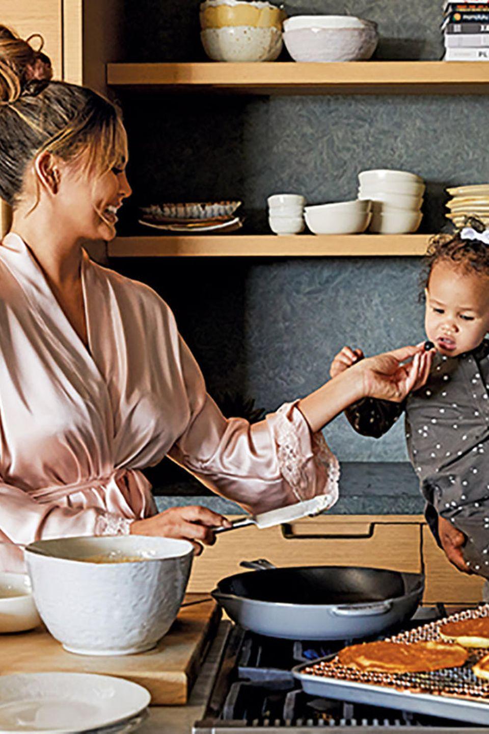 Mmmmhhh – lecker! Töchterchen Luna scheint zu schmecken, was Mama Chrissy Teigen auftischt. Kein Wunder: Die Frau von John Legend ist eine leidenschaftliche Köchin und teilt ihre Kreationen nur allzu gerne mit ihren Fans auf Instagram. Und die können sich gleich doppelt freuen, denn Chrissy ist jetzt stolze Besitzerin einer eigene Geschirr- und Kochtopf-Kollektion!