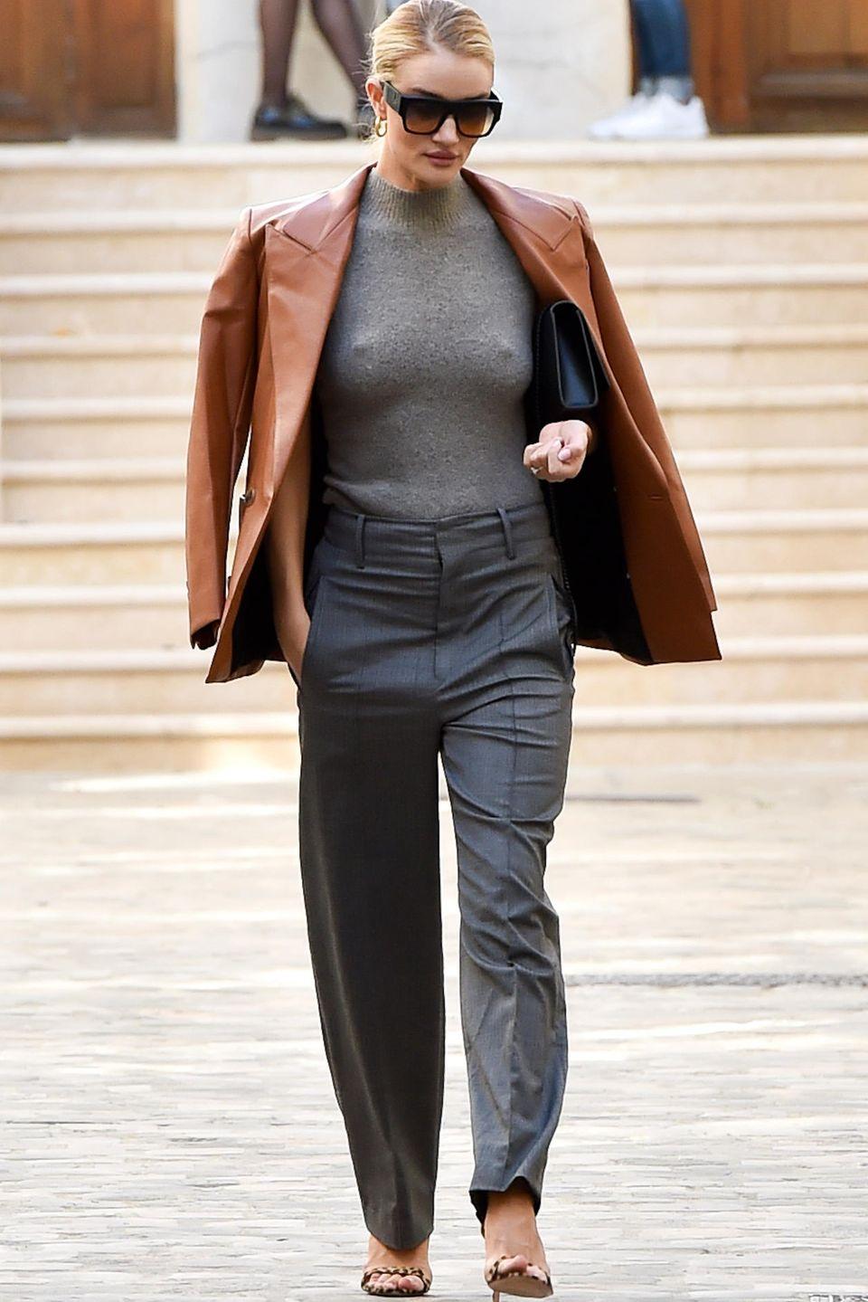 Wenn Mode-Designerin Vivienne Westwood zum Fitting ruft, kommen die Topmodels in Scharen. Auch Rosie Huntington-Whiteley macht sich in Paris auf den Weg in Westwoods Atelier und lässt ihre Unterwäsche offensichtlich gleich zu Hause: Denn durch den grauen Wollpulli zeichnen sich eindeutig Rosies Nippel ab. Bei dem vielen Umziehen im Show-Room wäre ein BH auch einfach ein störendes Kleidungsstück.