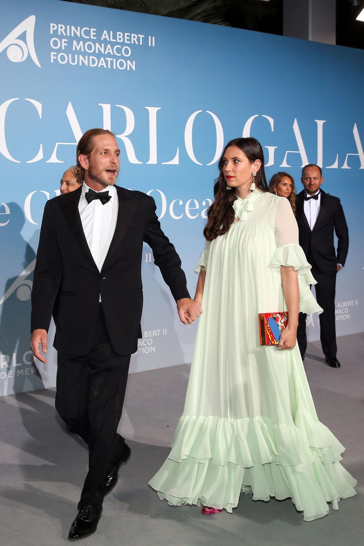 Andrea Casiraghi hält seine romantisch im zartem Hellgrün gestylte Frau Tatiana Santo Domingo fest an der Hand.