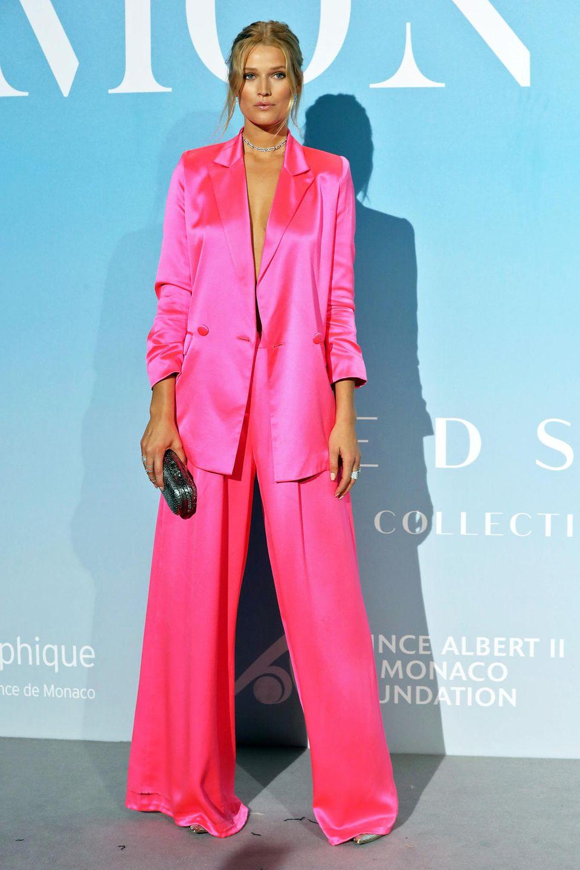 Einen Knallerauftritt in Monte-Carlo hat Topmodel Toni Garrn im pinkfarbenen Satin-Anzug.