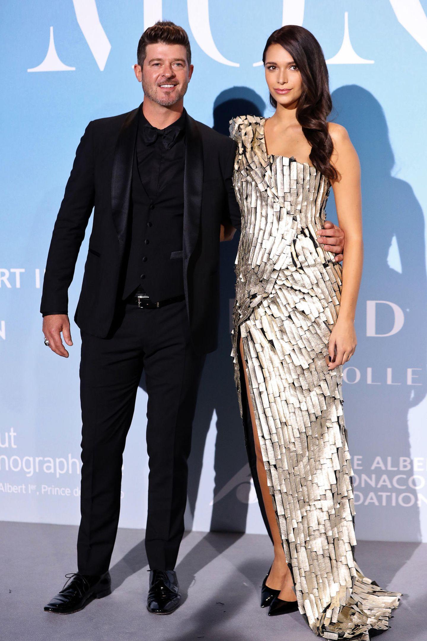 Neben seiner schwangerenFreundinApril Love Geary im futuristischen Silberdress gehtRobin Thicke im schwarzen Anzug fast unter.