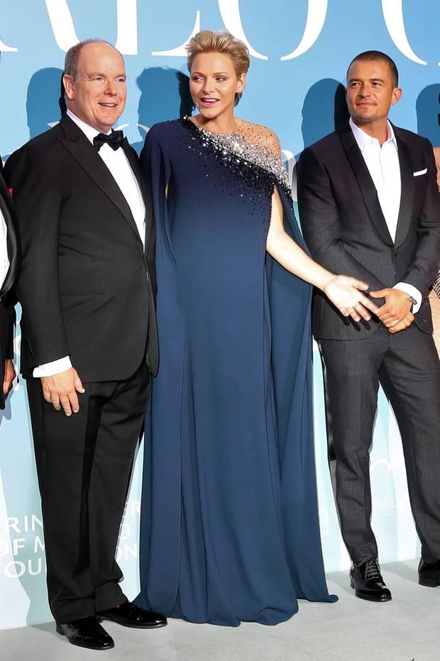 Schön wie eine Sternennacht präsentiert sich die Gastgeberin Fürstin Charlène im dunkelblauen One-Shoulder-Kleid.