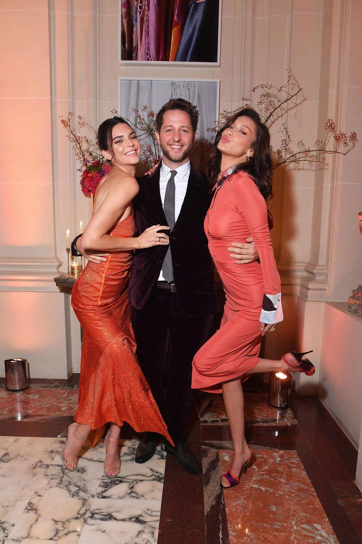 Beim Youtube Fashion & Beauty Cocktail haben Kendall Jenner, Derek Blasberg und Bella Hadid sichtlich Spaß.