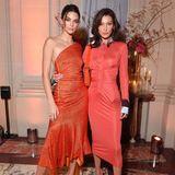 Die beiden Models haben sich für enganliegende Kleider in Rottönen entschieden und sehen echt hot aus!