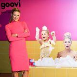 Auch diese beiden bezaubernden kleinen Damen begeistern beim Kosmetik-Launch, wenn auch nur auf dem lustigen Werbeplakat: Celeste und Sole Trussardi planschen ausgelassen mitMama Michelle in der Badewanne.