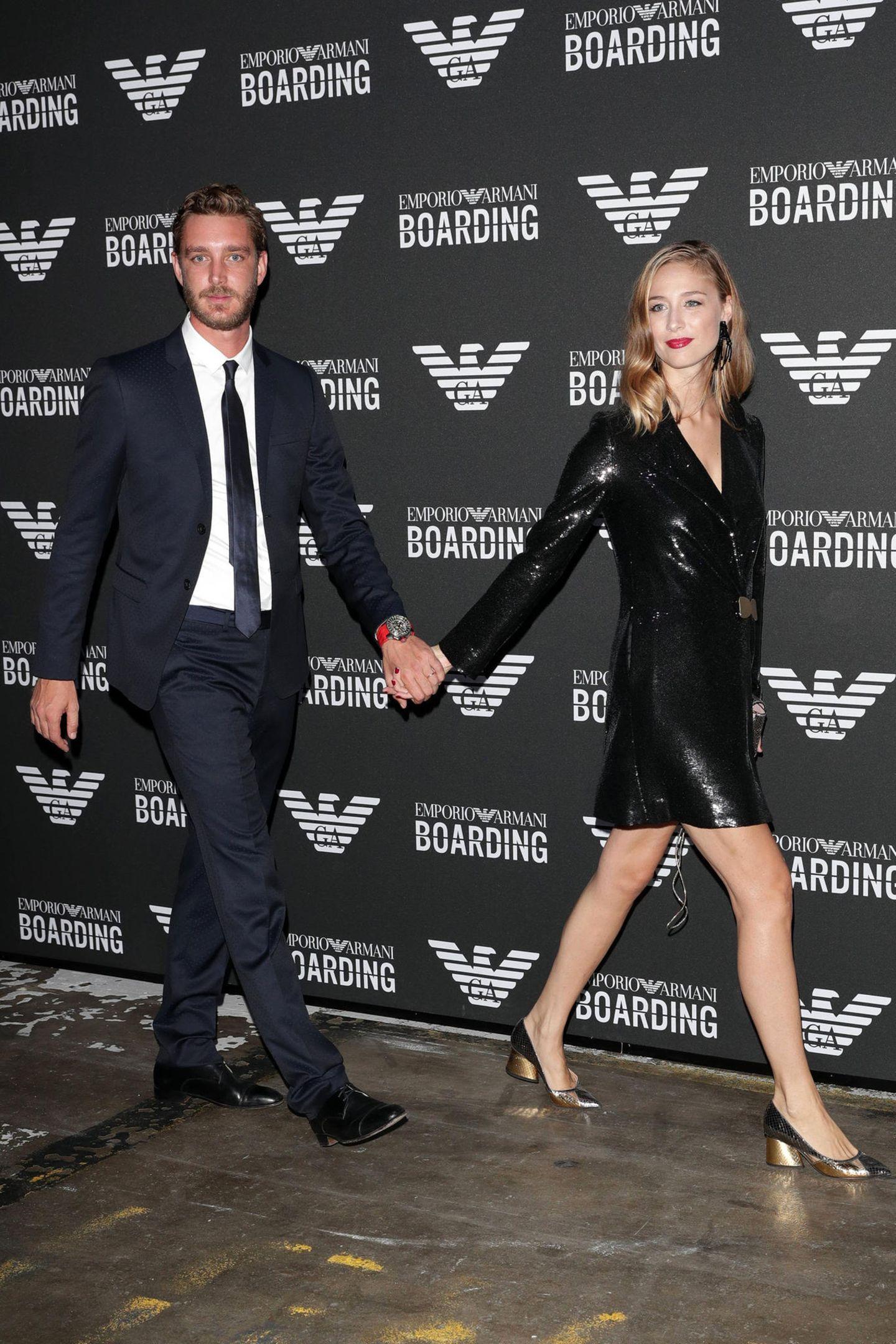 Nicht außerordentlich glamourös, aber ausgesprochen sexy im schwarzen Pailletten-Dress zog Beatrice ihren Pierre nur ganz kurz an den Fotografen bei der Fashion-Show von Emporio Armani eine Woche zuvor in Mailand vorbei.