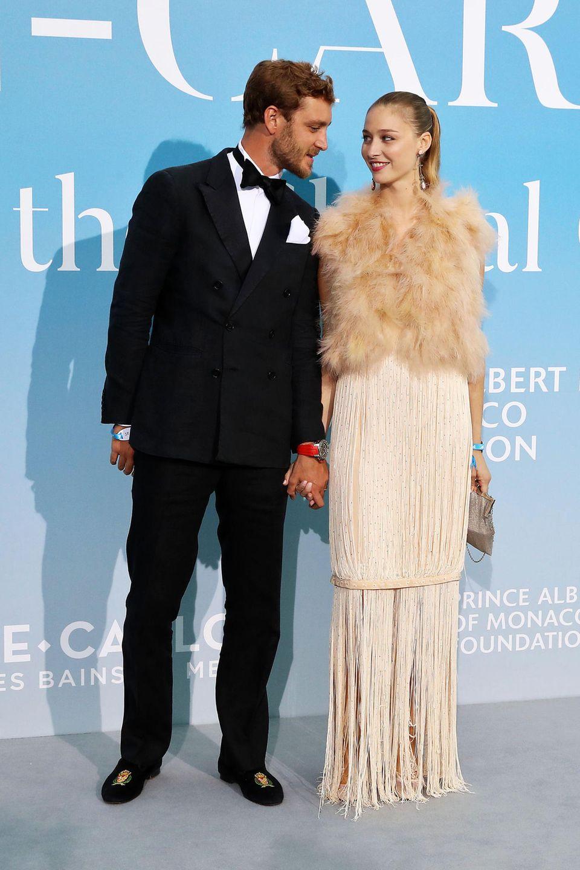 Für diesen Look gibt's Komplimente! Pierre Casiraghi flüstert seinerFrau Beatrice für ihren ersten Glamour-Auftritt nach der Geburt ihres zweiten Sohnes Francesco im Mai 2018 sicher nur schöne Dinge zu.